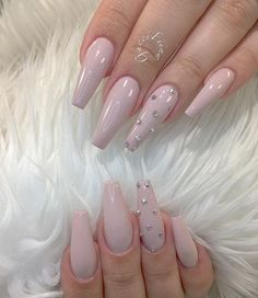Adding some glitter nail art designs to your repertoire can glam up your style within a few hours. Check our fav Glitter Nail Art Designs and get inspired! Nails Now, Gem Nails, Diamond Nails, Aycrlic Nails, Toenails, Classy Nails, Simple Nails, Stylish Nails, Rhinestone Nails