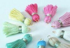 tutorial: embroidery thread tassels with jump rings for hanging Tassel Keychain, Tassel Earrings, Diy Yarn Earrings, How To Make Tassels, Bracelets With Meaning, Diy Accessoires, Diy Tassel, Passementerie, Diy Schmuck