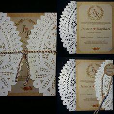 Convite de casamento feito em craft e papel rendado para os pombinhos Jéssica e Raphael.  Ligue e faça seu orçamento: (62) 8346-9992 I (62) 8259-7214  Ou envie um email para:  atelie2a2@gmail.com #convites #convitedecasamento #papelrendado #convitesespeciais #casamento