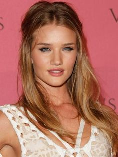 At an event for Victoria's Secret, Rosie looked like a true bombshell.
