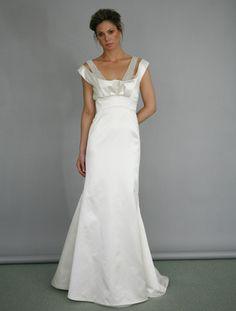 Este bello diseño de vestido de novia con una silueta tipo columna fue diseñado por Ángel Sánchez y de seguro te hará sentir como una clásica estrella de cine.
