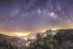 La Vía Láctea forma parte de un conjunto de unas cuarenta galaxias llamado Grupo Local, y es la segunda más grande y brillante tras la Galaxia de Andrómeda.