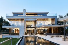 The Villa D in the heart of Upper Austria convinces with clear timeless design, attractive architecture, and high quality. In addition to high aesthetics, the focus of this building project was on coziness. Large-scale Sky-Frame sliding doors connect the interior with the spacious terrace landscape and the lovingly designed garden area of the villa.  📐Two in a Box Architekten 📷Manfred Seidl 🔧fuchs glas-technik #skyframe #aviewnotawindow #modern #architecture #frameless #glass… Terraced Landscaping, Timeless Design, Sliding Doors, Modern Architecture, Austria, Indoor Outdoor, Connect, Scale, Aesthetics