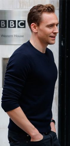 Tom Hiddleston seen at the BBC Radio 2 Studios on October 1, 2015 in London, England. Full size image [UHQ]: http://ww1.sinaimg.cn/large/6e14d388gw1ewmp56qsq7j21kw2dcau2.jpg Source: Torrilla, Weibo