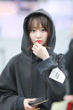"ᴋɪʀsᴄʜᴇ. on Twitter: ""좋아하는 날이긴한데 사진이 별로 맘에들지않아.. 시그에 안넣은 사진들. . .  (181215 HND / 190414 fansign / 190705 ICN)  #私達は咲良と一緒に前に進む   #sakumail… "" Yuri, Korean Girl, Asian Girl, Sakura Miyawaki, Japanese Girl Group, Girl Bands, Miyazaki, The Wiz, Sweet Girls"
