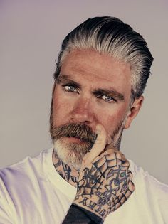 Para homens maduros: barba grisalha com bigode castanho