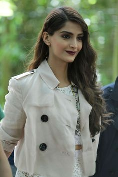 Bollywood fashion 442408363398341966 - Sonam Kapoor shows curves in a lace pencil skirt at the Burberry Men's Fashion Show Source by jayderabbit Indian Celebrities, Bollywood Celebrities, Bollywood Actors, Bollywood Saree, Bollywood Fashion, Sonam Kapoor Hairstyles, Celebrity Pictures, Celebrity Style, Celebrity Dresses