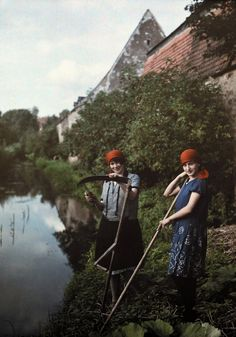 Farmer women clean their scythes near a river in Ellingen, Bavaria, Germany. PHOTOGRAPH BY WILHELM TOBIENThese 18 Autochrome Photos Will Transport You to Another Era | History | National Geographic Australia - National Geographic