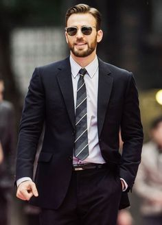 Chris Evans on the red carpet during the Opening Ceremony in Haikou ahead of the Mission Hills Celebrity Pro-Am on the southern Chinese island of. Christopher Evans, Steve Rogers, Capitan America Chris Evans, Chris Evans Captain America, Capt America, Dan Stevens, John Krasinski, Classic Mens Hairstyles, Men's Hairstyles