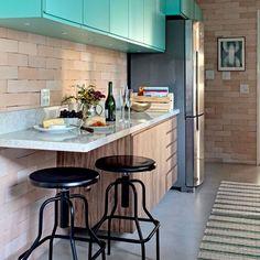 O tijolinho traz aconchego à cozinha pequena e junto com as banquetas pretas e os armários em azul tiffany, adiciona um toque retrô!!! 💡📐📝✨✨✨ #retro #vintage #modern #contemporary #azul #blue #tiffany #wood #tijolinho #industry #agenteama #casaqueacolhe #interiordesign #aqinteriores