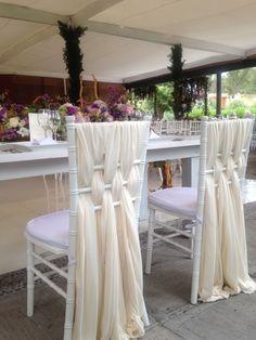 Sillas decoradas con telas de manera muy original para grandes eventos.