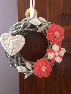 Ghirlanda con cuore in gesso profumato fiori in feltro glitterata e dettagli in perle