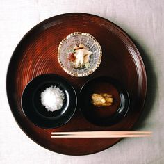 Cha-kaiseki: Ordinary fare, extraordinary care.  The first course in the kaiseki course of tea ceremony features a taste of rice, miso soup, and mukozuke (a seafood dish to go with sake). Learn more about this extraordinary culinary tradition on cultivateddays.co – link in bio.☝🏻️ #cultivateddays #artistinitiative #vsco
