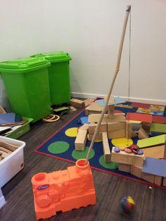 Een nieuw materiaal in de bouwhoek: de sloopkogel! Na een gesprekje over hoe men vroeger gebouwen sloopte en hoe dat tegenwoordig gebeurt, introduceer ik onze eigen versie van de sloopkogel. Het is... Kids Rugs, School, Kind, Robots, Decor, Easy Meals, Anchor, Decoration, Kid Friendly Rugs