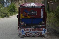 Habla vas, vistoso mototaxi en la vía que une el anexo de Raquina y el centro urbano del distrito de Pucará (Huancayo, Junín).
