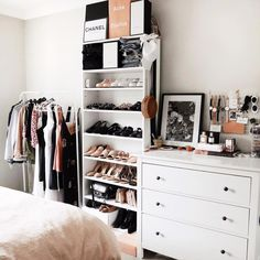 6 Bedrooms with clothes all over the place you will instatly love - Daily Dream Decor 6 Bedrooms with clothes all over the place you will instatly love - Daily Dream Decor Bedroom Storage Ideas For Clothes, Bedroom Storage For Small Rooms, Small Bedroom With Wardrobe, Small Bedroom Organization, Bedroom Wardrobe, Closet Ideas, Wardrobe Rack, Aesthetic Room Decor, Dream Decor
