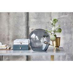Globe lampe fra House Doctor. En spesiell bordlampe med messingfot og stor kuppel i røykgrå...
