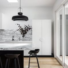 Top Home Interior Design Interior Design Examples, Interior Desing, Interior Design Inspiration, Black Kitchens, Home Kitchens, Table Haute, Beautiful Kitchens, Kitchen Interior, Kitchen Dining
