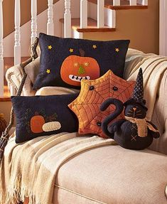 Decorate for the fall with a Primitive Country Halloween Pillow. It's family-friendly Halloween decor that works all through the season. Each pillow is embroide (Halloween Manualidades) Halloween Quilts, Dulceros Halloween, Moldes Halloween, Country Halloween, Manualidades Halloween, Adornos Halloween, Halloween Pillows, Cute Halloween Costumes, Halloween Home Decor