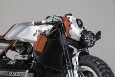 BMW K100 Augh Suscettibile   Detail: Alu-Leder-Materialmix der Lampenmaske mit PIAA- und Ellipsoid-Scheinwerfer. Man beachte den Schönwetter-Montageplatz der Steuereinheit.