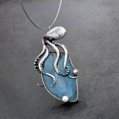 Chobotnice++-+na+modrém+(barveném)+achátu+s+říčními+perličkami.+Velikost+cca+9x+4cm+Zavěšeno+na+obruči+Ø14+cm.+Mohu+upravit+nebo+vyměnit+za+kůži.+Dárkově+baleno
