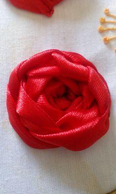 Rosa bordada, com fita mais larga.