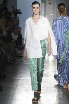 See all the Collection photos from Ports 1961 Spring/Summer 2017 Ready-To-Wear now on British Vogue Fashion Week, Runway Fashion, Fashion Show, Milan Fashion, Phresh Out The Runway, Street Style Trends, Womens Fashion For Work, Minimal Fashion, Vogue Paris
