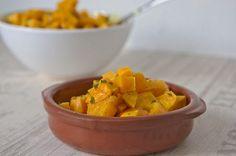 Rezept für Süsskartoffelsalat. Geeignet als Beilage oder als eigenständiger Salat. Dabei werden die Kartoffeln im Backofen zubereitet.
