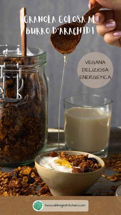 Se sei alla ricerca di una granola perfetta per la colazione e assolutamente buonissimissima allora hai trovato la ricetta giusta. La dolcezza dello sciroppo d'acero, con le note nocciolate del burro d'arachidi e la croccantezza delle scaglie di cocco rendono questa granola un mix di infallibile bontà, che piacerà proprio a tutti. Attenzione: crea dipendenza. Vegan Granola, Peanut Butter Granola, Vegan Snacks, Vegan Desserts, Vegan Life, Burritos, Coconut Flakes, Food Dishes, Make It Yourself