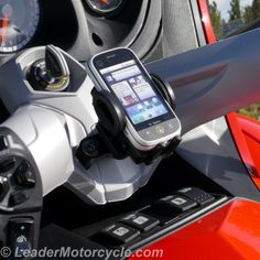 http://www.leadermotorcycle.com/universal-phone-mount-can-am-spyder-center-mount/ eCaddy Deluxe Universal Phone mount works with a wide variety of phones. This style fits Can-Am Spyder center handlebar area (common to Spyder models with automatic shift transmission)