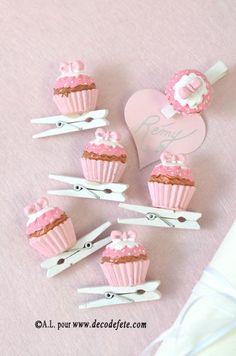 Trop jolies, les pinces cupcakes roses ! Ou encore, les wedding cake verts ! http://www.decodefete.com/pinces-gateau-vert-p-3548.html #marque #place #mariage http://www.decodefete.com/pinces-gateau-rose-p-3547.html