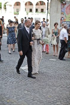 Bride walking with father through the villiage to the church, wedding traditions in Italy