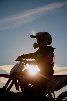 Cool pic dirt biking silhouette at dusk. Motocross Love, Motocross Girls, Enduro Motocross, Bmx, Ride Or Die, My Ride, Gs 1200 Adventure, Bike Photography, Dirt Bike Girl