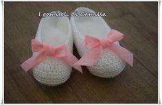 Scarpine a uncinetto modello ballerine taglia: 6 mesi, Occorrente: 30 gr di cotone bianco numero 5, un uncinetto numero 2,50, nastrino rosa.