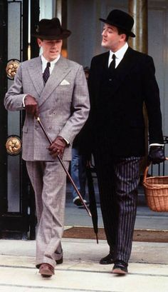 Hugh Laurie as Bertie Wooster and Stephen Fry as Jeeves. Classic P.Wodehouse buffoon and his servant. Very, very funny stuff. British Comedy, British Actors, English Comedy, Jeeves And Wooster, Masterpiece Theater, Man About Town, Hugh Laurie, Comedy Tv, Comedy Duos