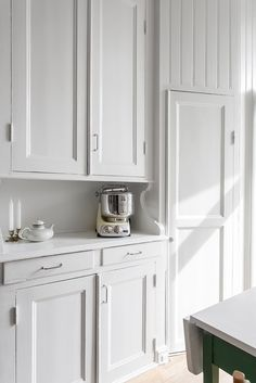 "Vackert bevarat serveringsskåp och ""kallskafferi"" Kitchen Dinning, Kitchen Redo, Kitchen Pantry, Kitchen Cabinets, Dining, Swedish Kitchen, Small Space Kitchen, Kitchen Interior, Interior Inspiration"