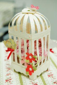 Gaiola para decoração das mesas. www.facebook.com/pages/Alecrim-Artes/239421516106971
