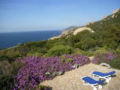 Von der Terrasse haben Urlauber einen herrlichen Blick auf die Costa Paradiso