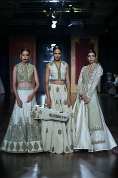Rimple and Harpreet Narula and Rohit Bal took the vintage-glam route on Day 4 of Couture Week presenting bridal wear perfect for the modern day maharani. Lakme Fashion Week, Bridal Fashion Week, Fashion Online, Fashion Show, Fashion Outfits, Rimple And Harpreet Narula, Pakistan Street Style, Traditional Indian Wedding, Fashion Portfolio