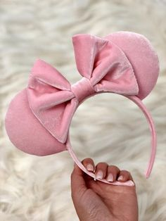 Each ear is handcrafted with comfortable headbands.They make the perfect crown jewel for your days o Disney Minnie Mouse Ears, Diy Disney Ears, Mickey Y Minnie, Pink Minnie, Disney Diy, Disney Ears Headband, Disney Headbands, Ear Headbands, Mickey Mouse Ears Headband