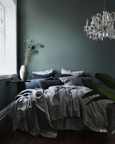 14 Trendy Bedroom Design and Decor Ideas for Your Next Makeover - The Trending House Stylish Bedroom, Cozy Bedroom, Modern Bedroom, Tranquil Bedroom, Decor Room, Bedroom Decor, Home Decor, Green Bedroom Walls, Green Walls
