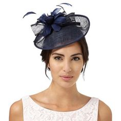 This saucer fascinator from Debut will make a simple yet effortlessly elegant addition to an accessory collection. In navy with a curled bow and feather flower decorations, this feminine piece is perfect for those special occasions.