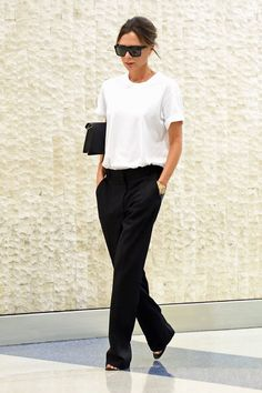 Victoria Beckham's Airport Style Ahead of Her Spring 2018 Show Victoria Beckham Officially Has a New Uniform - Vogue<br> The designer Victoria Beckham arrived in New York for her spring 2018 show in a menswear-inspired look that was simple yet impactful. Mode Victoria Beckham, Victoria Beckham Outfits, Victoria Beckham Fashion, Victoria Beckham Short Hair, Victoria Beckham Sunglasses, Victoria Beckham Collection, Mode Outfits, Office Outfits, Chic Outfits