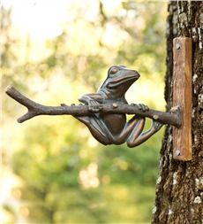 This friendly frog likes to hang around for your enjoyment! Attach him to a tree or other surface for a whimsical addition to home, yard or garden. All-weather design is made of durable polyresin and looks like antiqued metal. Frog House, Toad House, Garden Frogs, Witch's Garden, Garden Gnomes, Garden Oasis, Garden Ideas, Design Thinking, Snake Art