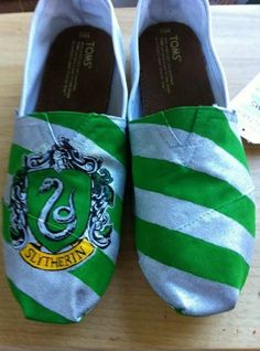 Hogwarts/Harry Potter House TOMS by hayleykayarts on Etsy Slytherin!<<<<Do this except with Ravenclaw :) Slytherin Pride, Slytherin House, Ravenclaw, Slytherin Clothes, Hand Painted Toms, Painted Shoes, Painted Vans, Harry Potter Houses, Harry Potter Love