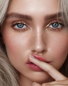 8 Summer Eyeshadow Trends You Need To Know About - - Make up - These eyeshadow trends are not only cute and fashionable, but they& also easy to achieve. Make Up Looks, Beauty Make-up, Beauty Hacks, Beauty Tips, Beauty Products, Beauty Shop, Makeup Products, Hair Beauty, Natural Lips