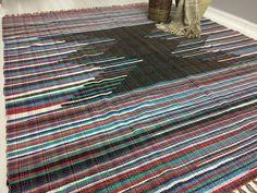 Tapete em resíduo têxtil de malha medindo 2,00 x 2,50 no site e nas lojas.