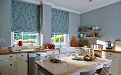 cuisine en bois et blanc décorée de stores romains bleus à imprimé plumes