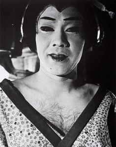 Daidō Moriyama, Nippon Gekijō Shashinchō (Giappone, un teatro fotografico), Male Geisha, 1968 Black N White Images, Black And White, Cultural Beliefs, Girl Running, Documentary Photography, Photography Projects, Photojournalism, Geisha, Vintage Costumes