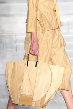 Wooden bag by Issey Miyake Beautiful Handbags, Beautiful Bags, Moda Fashion, Fashion Bags, Wooden Bag, Design Textile, Fashion Gone Rouge, Fashion Details, Fashion Design